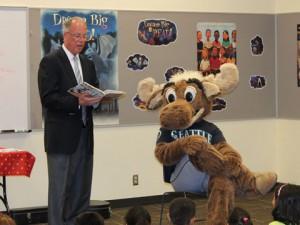 Federal Way Mayor Skip Priest and the Mariner Moose celebrate summer readers